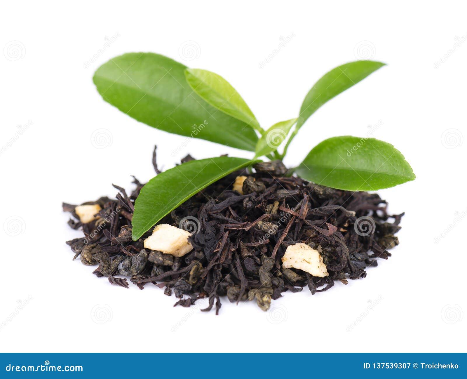 De zwarte en groene die thee van Ceylon met appel en bergamot, op witte achtergrond wordt geïsoleerd