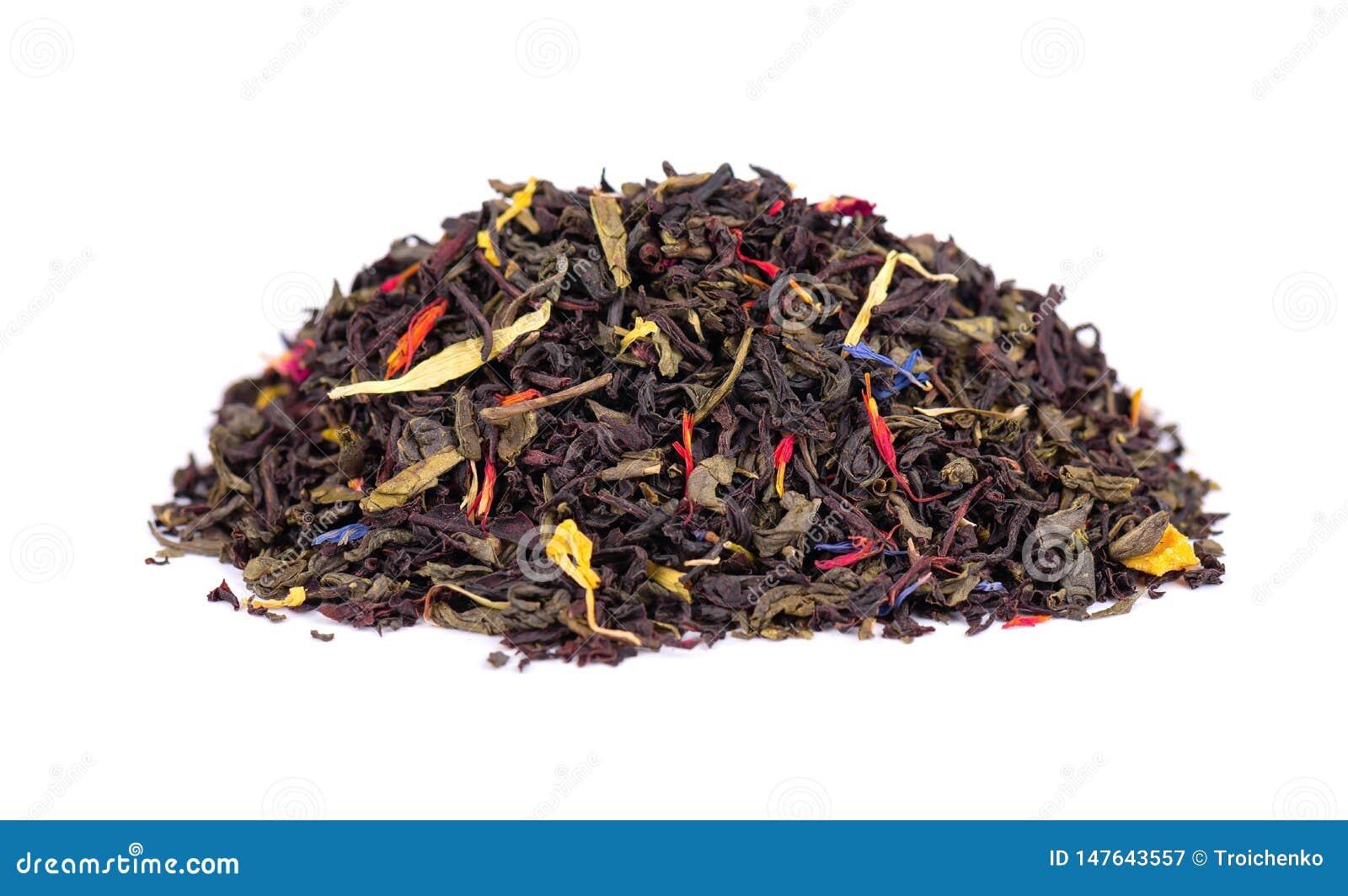 De zwarte en groene thee van Ceylon met droge bloemen - calendula, namen en de korenbloembloemblaadjes toe, die op witte achtergr