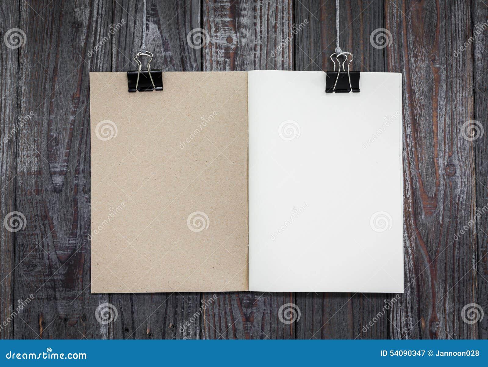 De zwarte klem en het boek hangen
