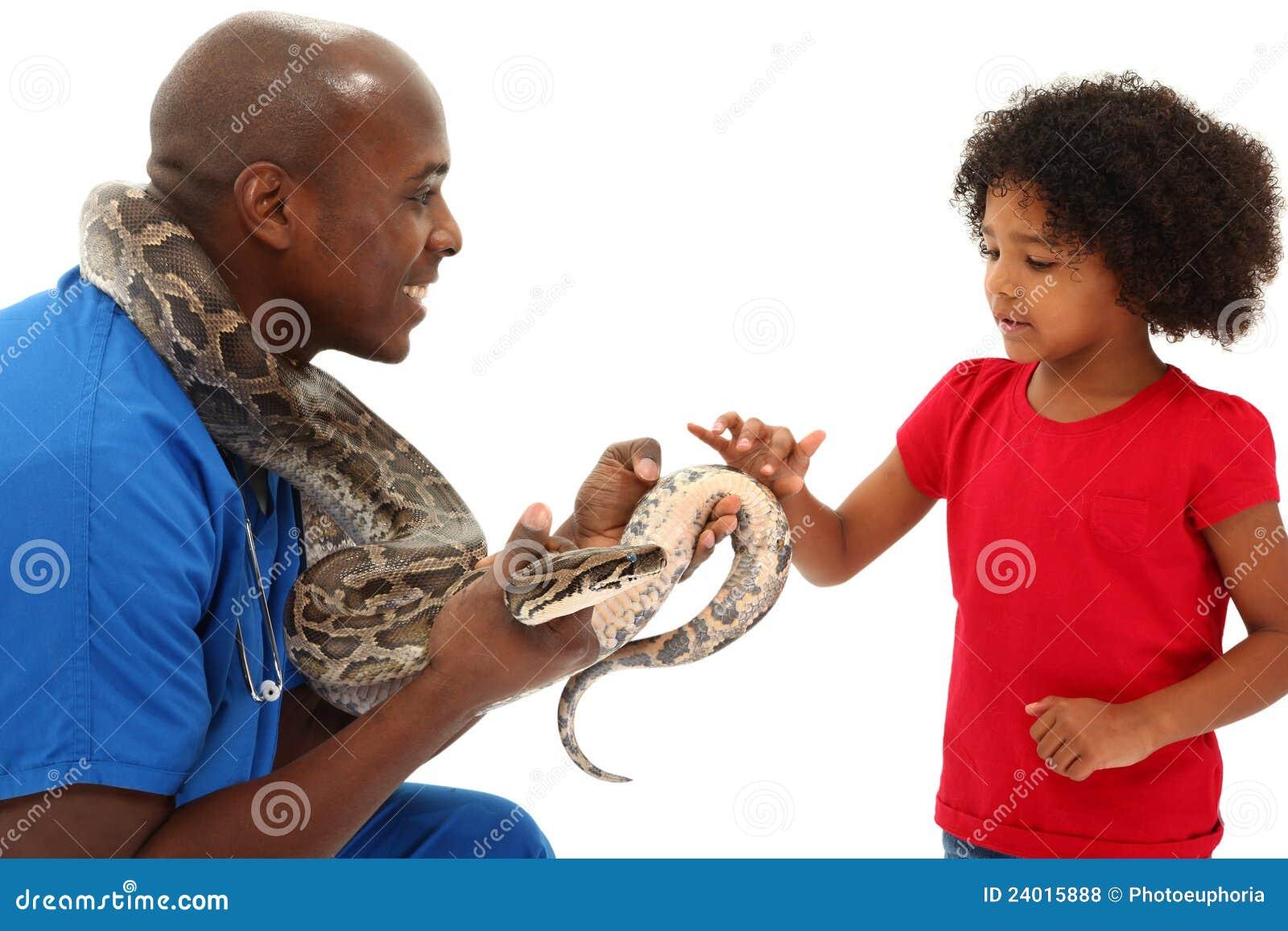 De zwarte Mannelijke Slang van de Holding van de Dierenarts met Jong Kind