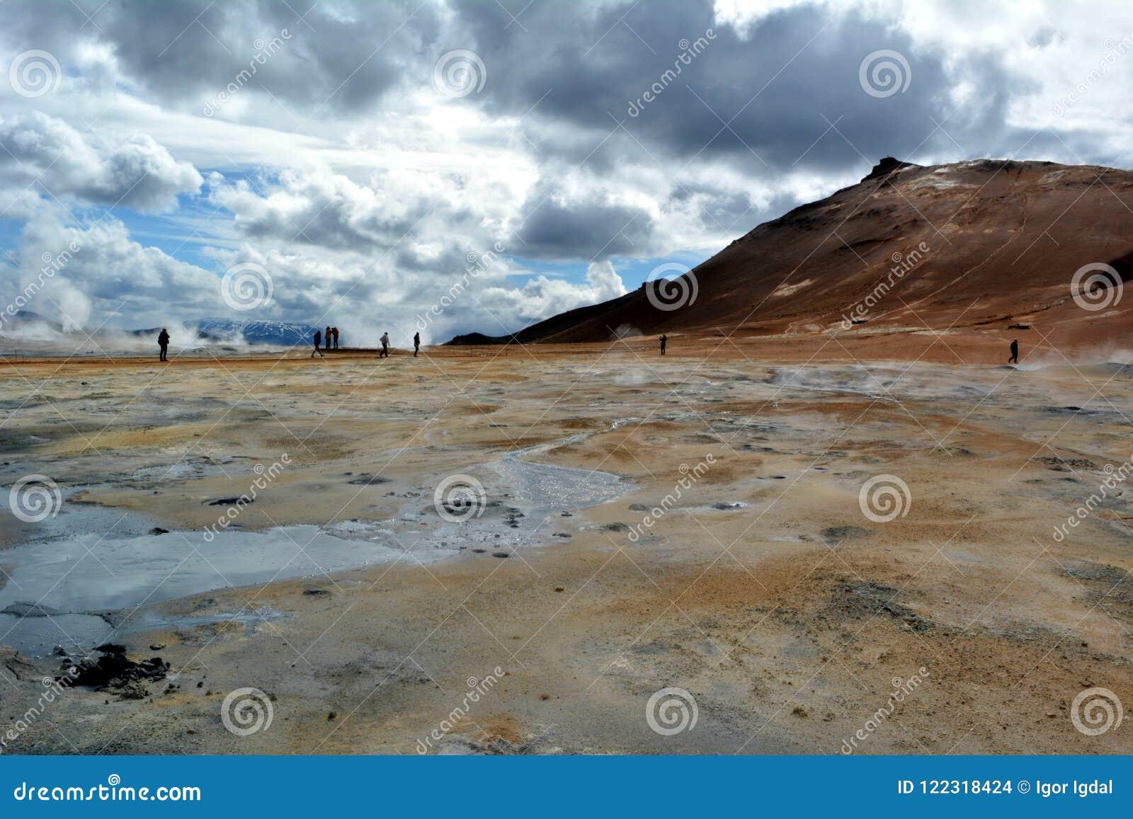De zwavel hete geisers in Hverir in IJsland