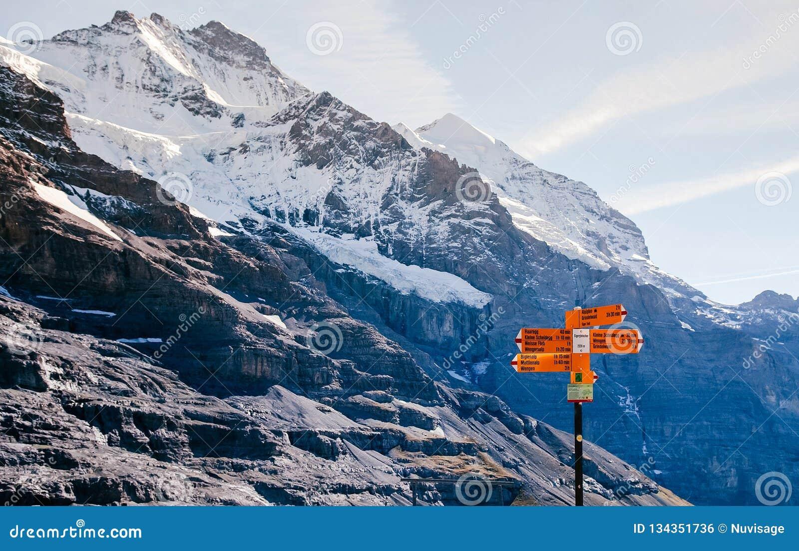 De Zwitserse de mening en de wandelingssleeproute van alpen ondertekent dichtbij Eigergletscher, Jungfrau-gebied, Zwitserland