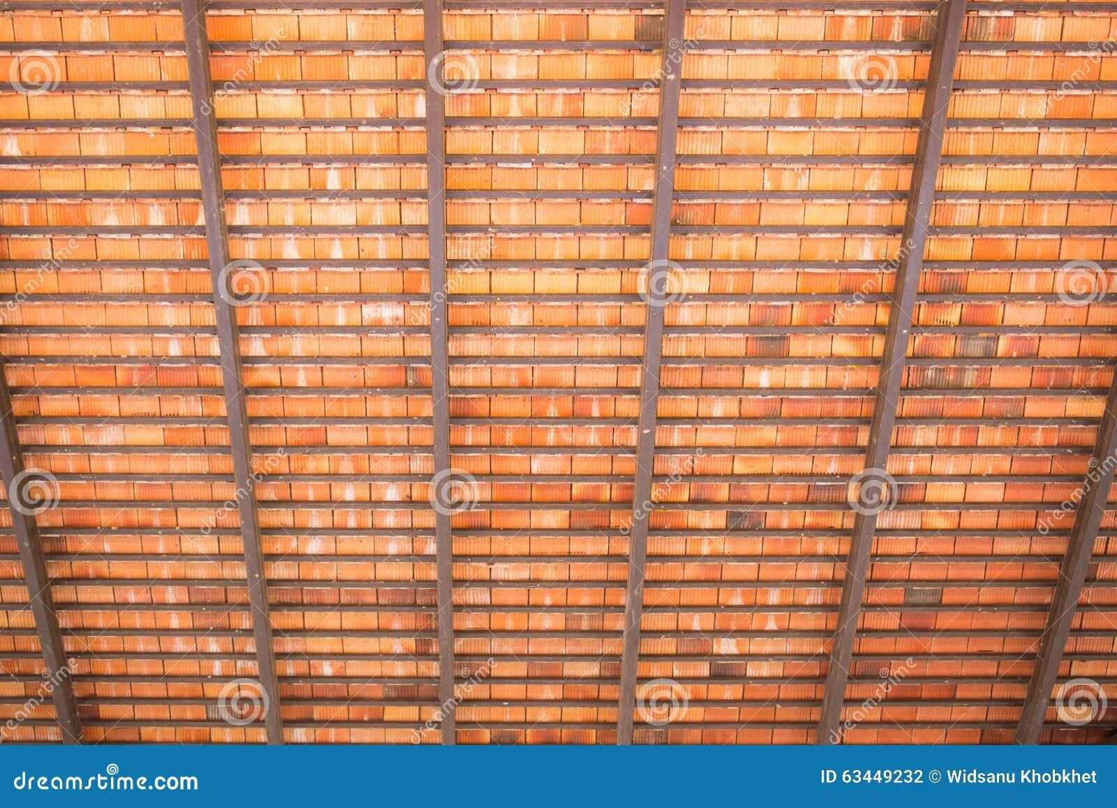 Debajo del tejado de madera de la placa foto de archivo - Tejado de madera ...