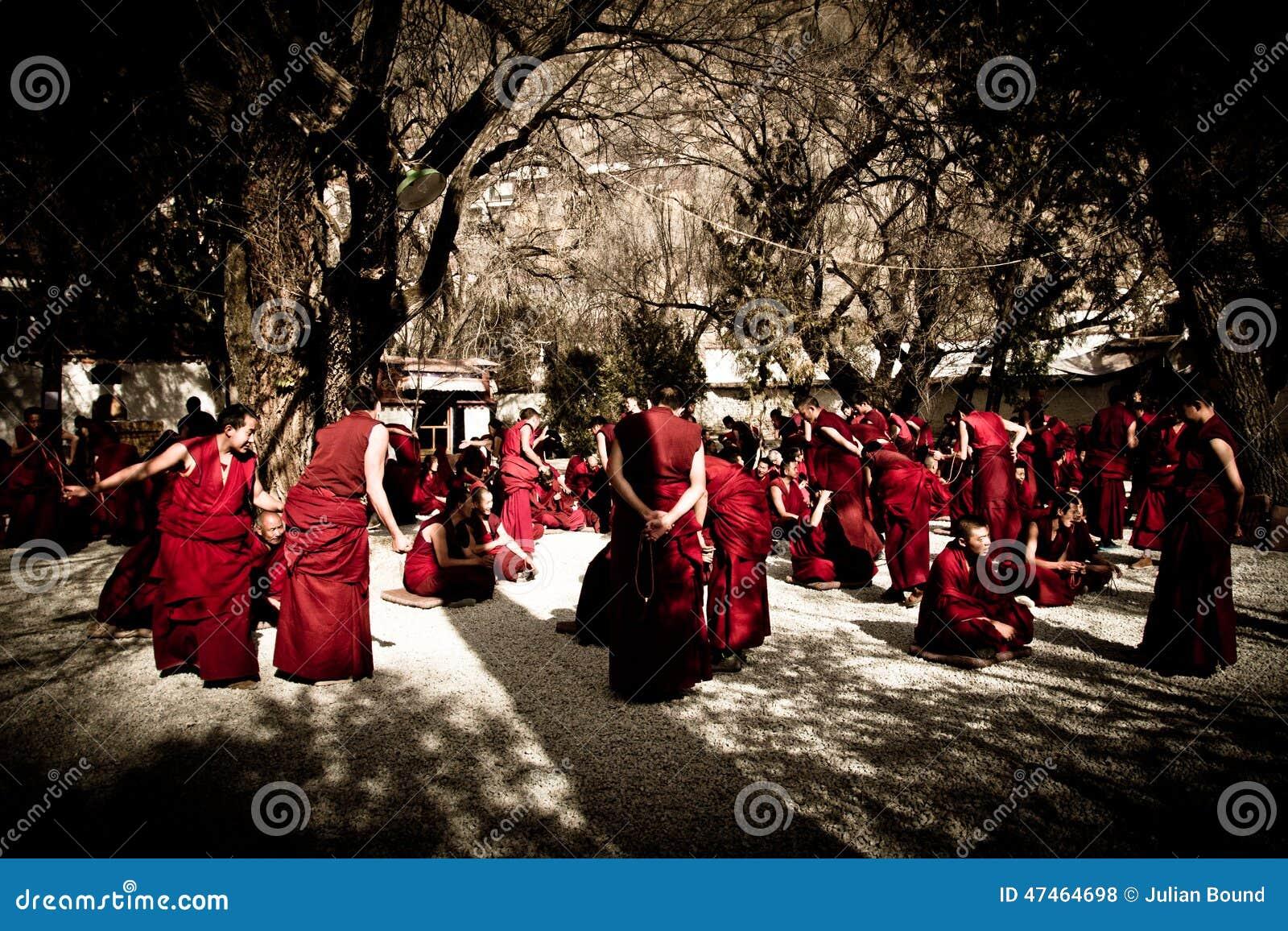 Debattera munkar av serum kloster, Lhasa, Tibet