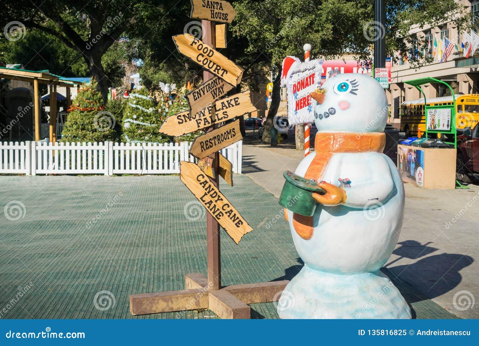 December 6, 2017 San Jose/CA/USA - ingången till julen i parkerar i stadens centrum skärm i plazaen de Cesar Chavez, Silico