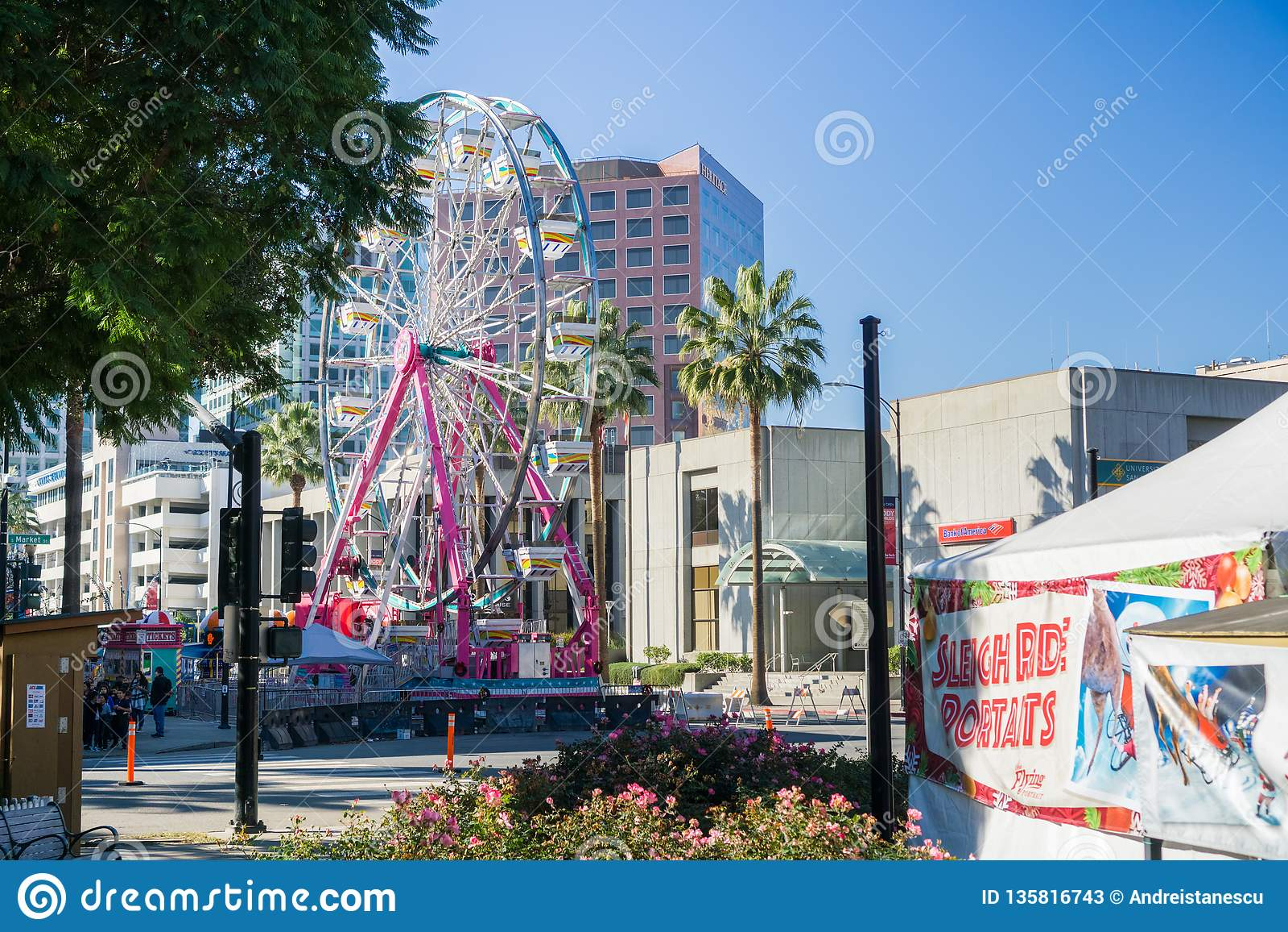 December 6, 2017 San Jose/CA/USA - pariserhjulen på jul i parkerar centrumskärm i plazaen de Cesar Chavez, Silico