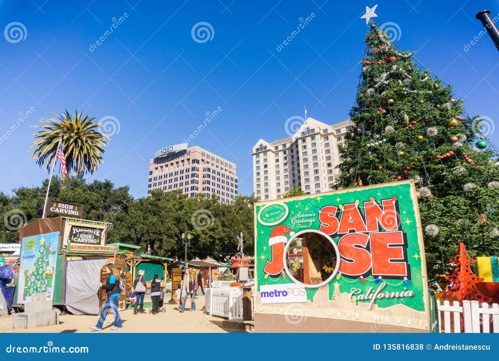 December 6, 2017 San Jose/CA/USA - parkerar skrivande in jul för folk i i stadens centrum skärm i plazaen de Cesar Chavez, Silico