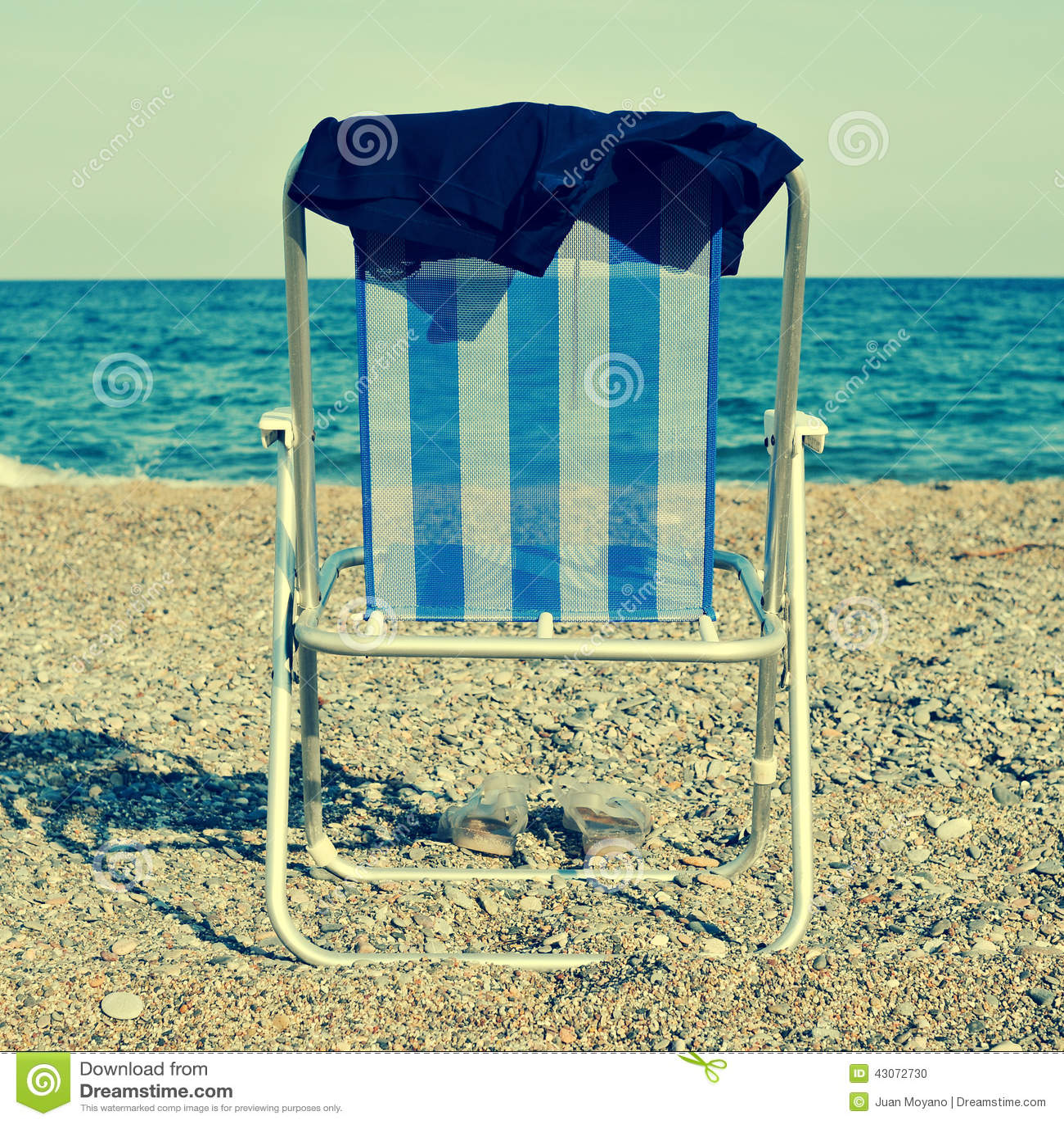 Deckchair и купальник человека на пляже, с ретро влиянием