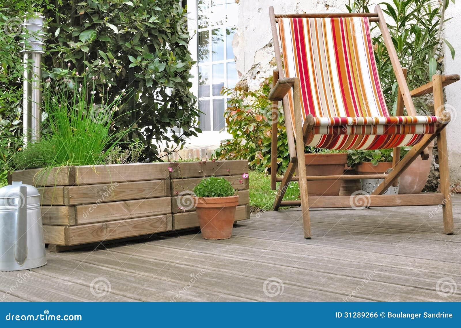 Deckchair на деревянной террасе