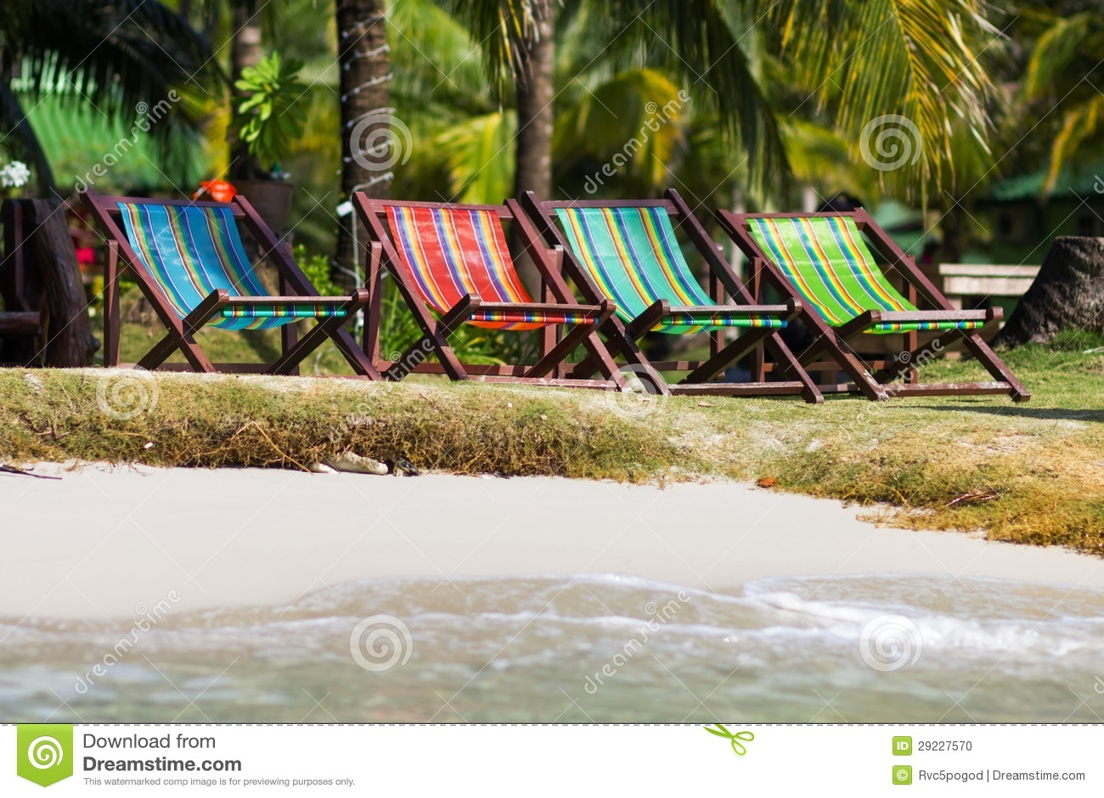 Download Deckchairs Coloridos Na Praia Foto de Stock - Imagem de costa, alinhado: 29227570