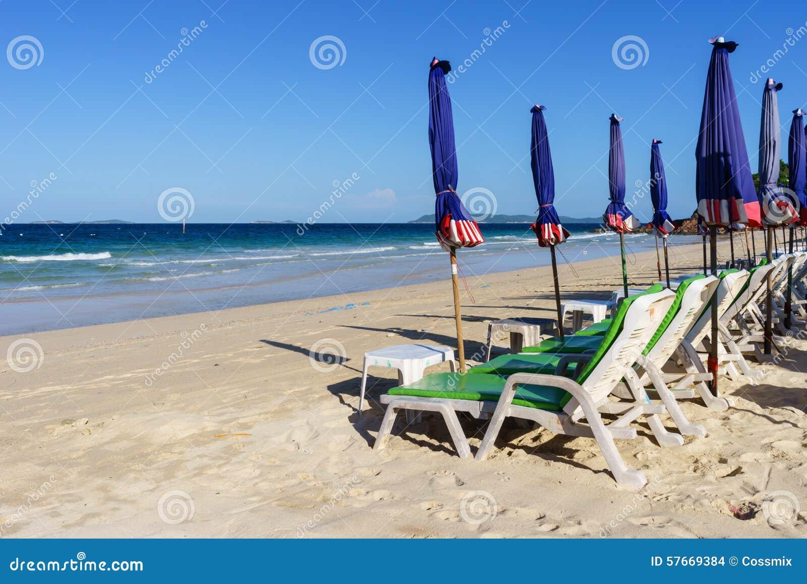 Deckchairs na plaży przy Koh Larn
