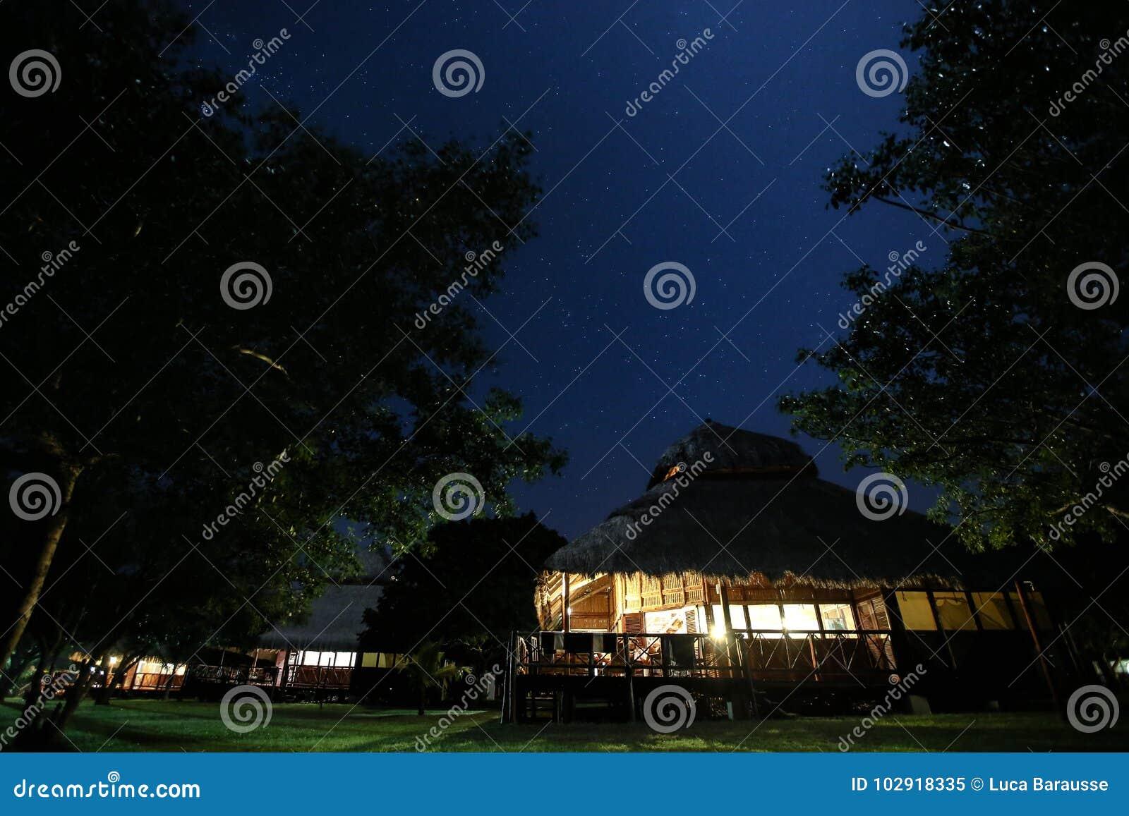 Decken Sie Dachchalet in Mosambik nachts mit Stroh
