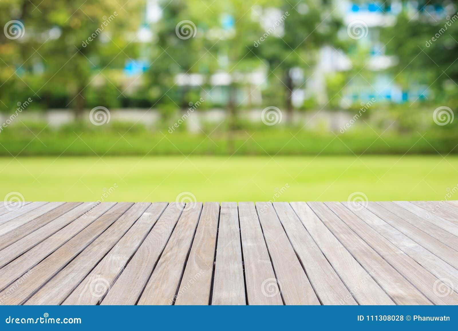 Decking ou plancher et usine en bois dans le jardin décoratif