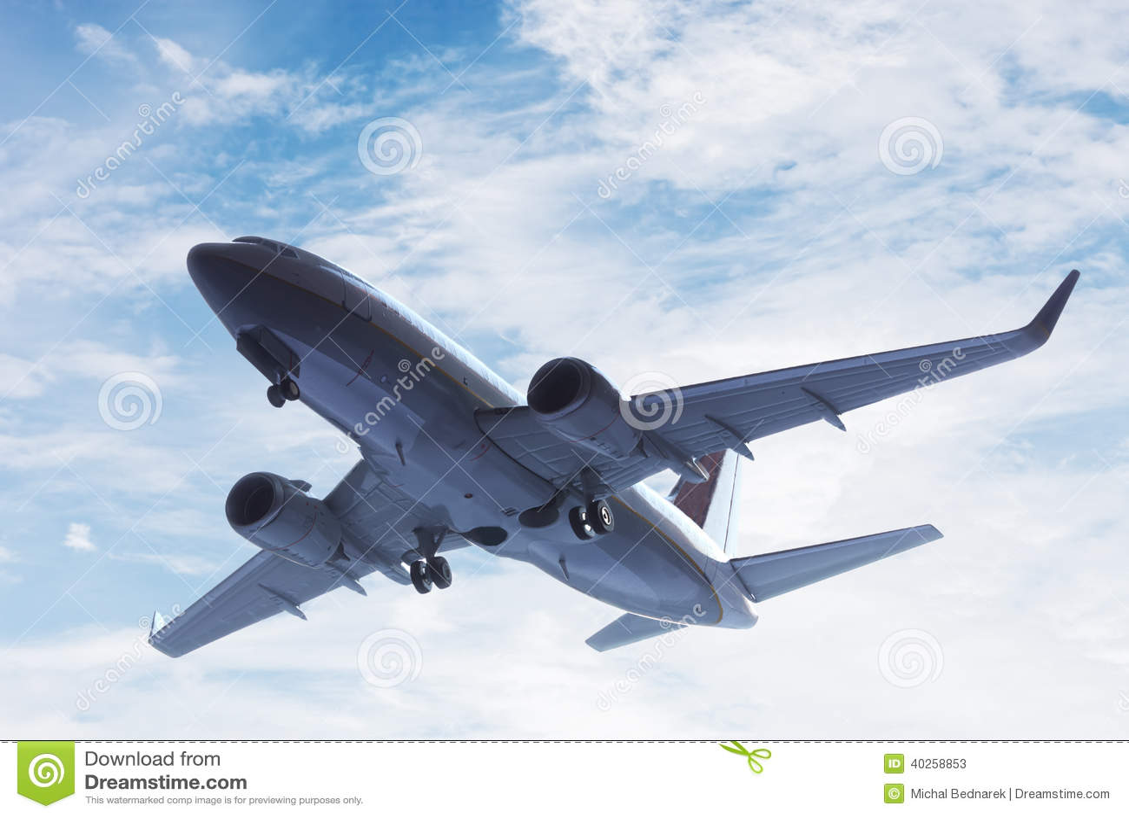 Decollo dell aeroplano. Un aereo grande del carico o del passeggero, volo di linea aerea. Trasporto
