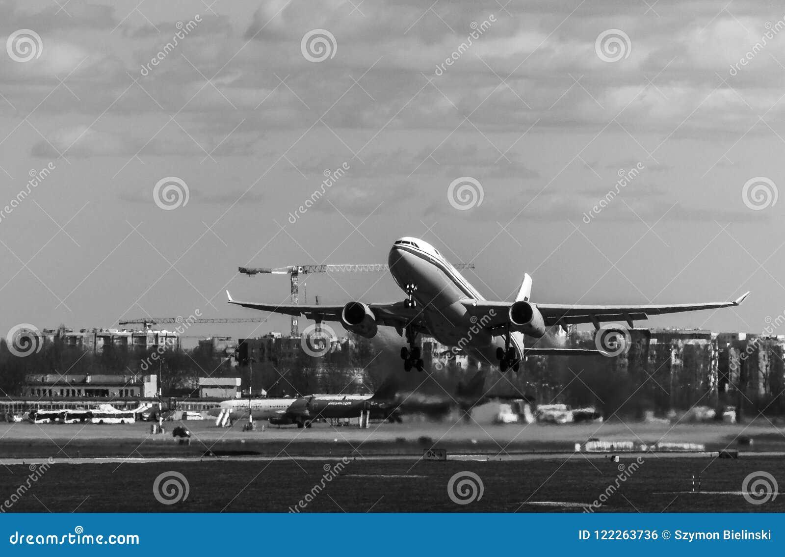 Decollo piano all aeroporto