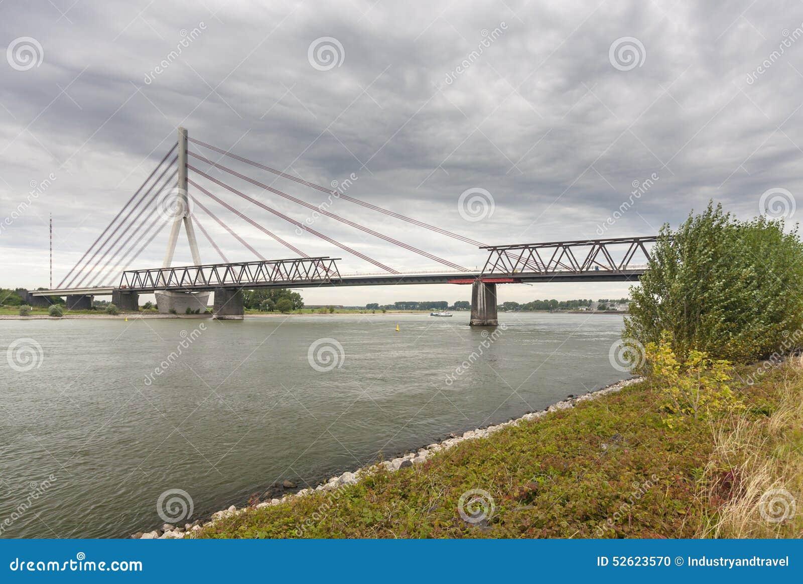 Deconstruction stary most obok nowego zawieszenie mosta