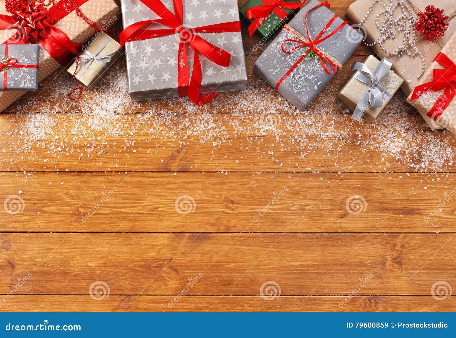 A decoração, as caixas de presente e a festão do Natal moldam o fundo