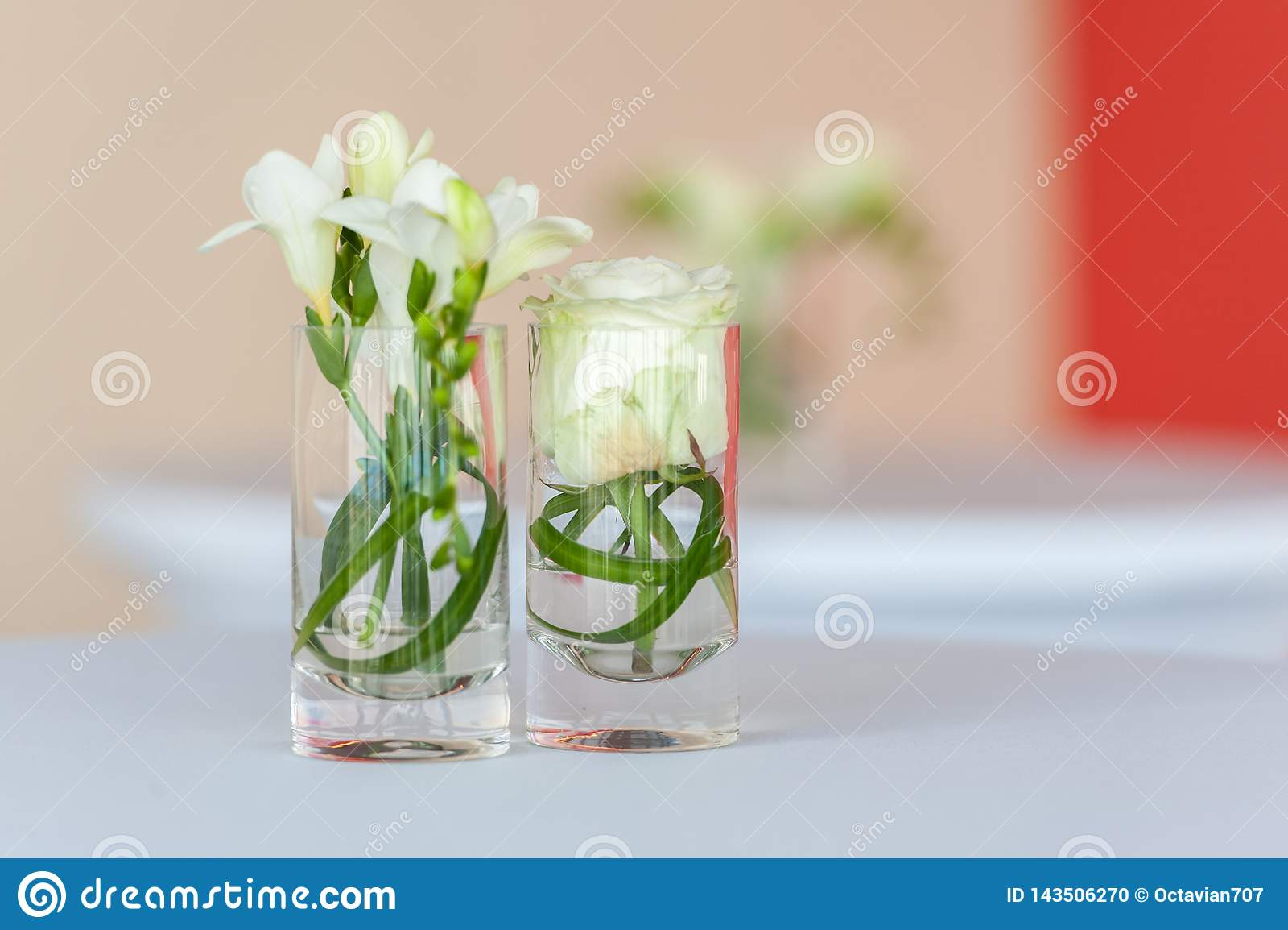 Decoração da flor em vidros pequenos