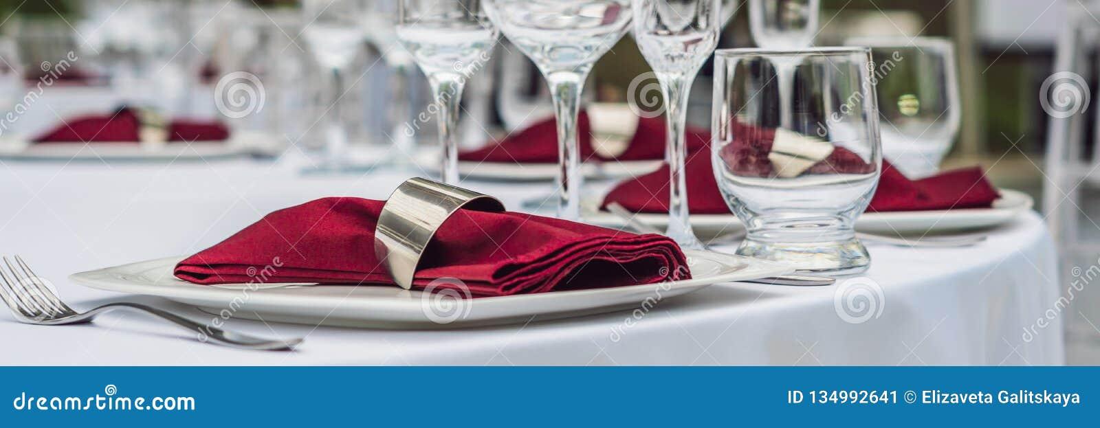Decoração da tabela do casamento, tabela de abastecimento do serviço ajustada para um partido do evento ou BANDEIRA do copo de ág