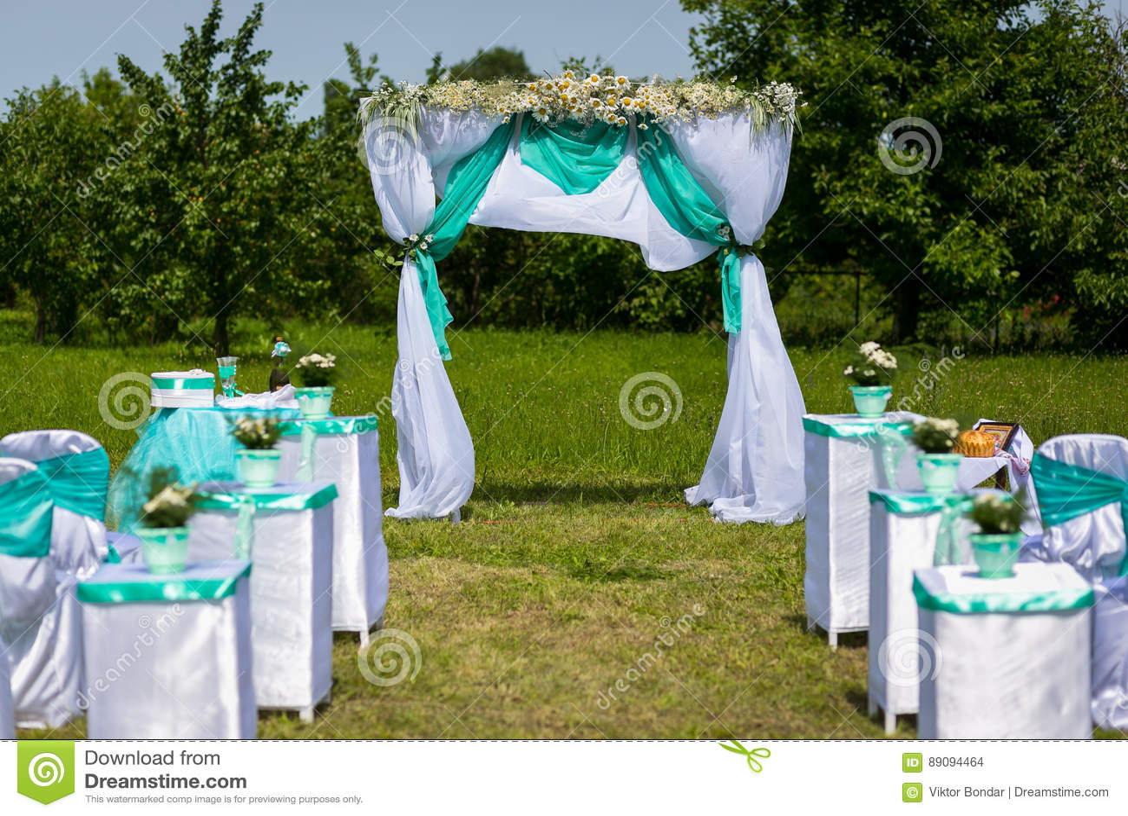 Decoração de uma cerimônia de casamento Uma tabela para uma cerimônia de casamento