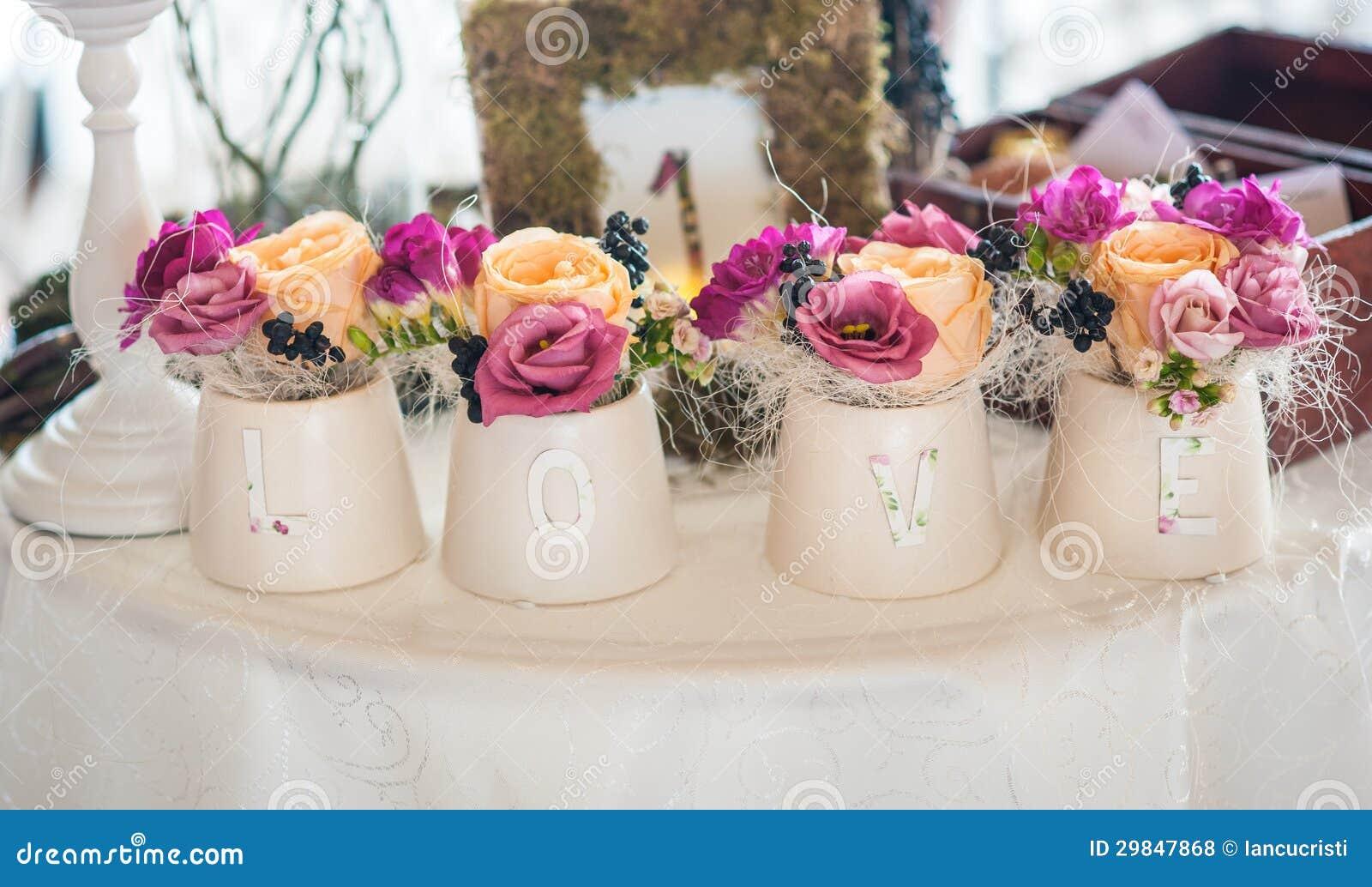 Arranjo floral clássico em uns vasos