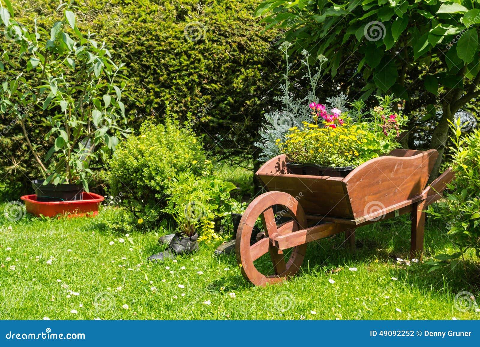 Excepcional Decoração Do Carrinho De Mão No Jardim Foto de Stock - Imagem de  PD94