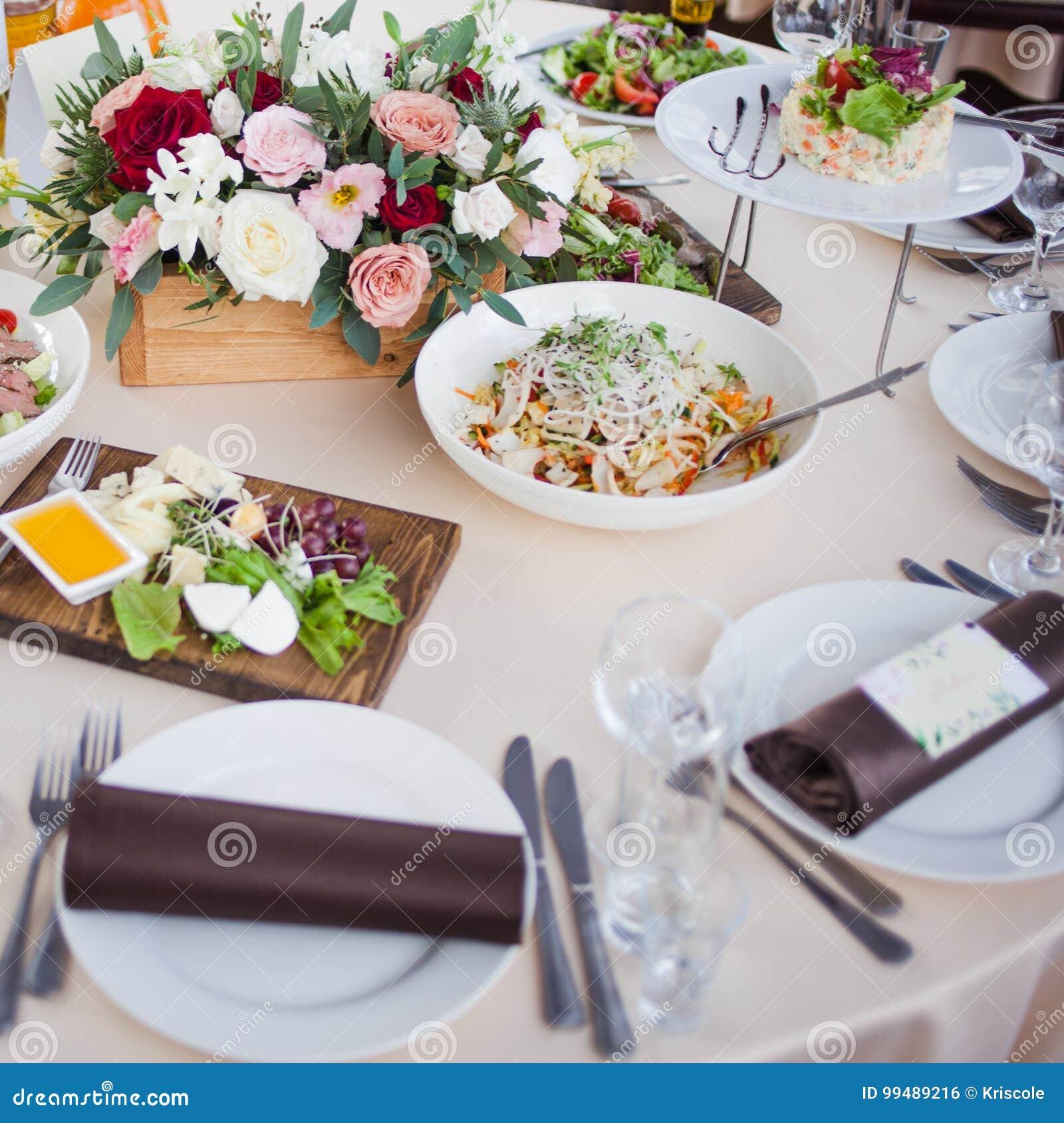 Decoração do casamento Flores no restaurante, alimento na tabela