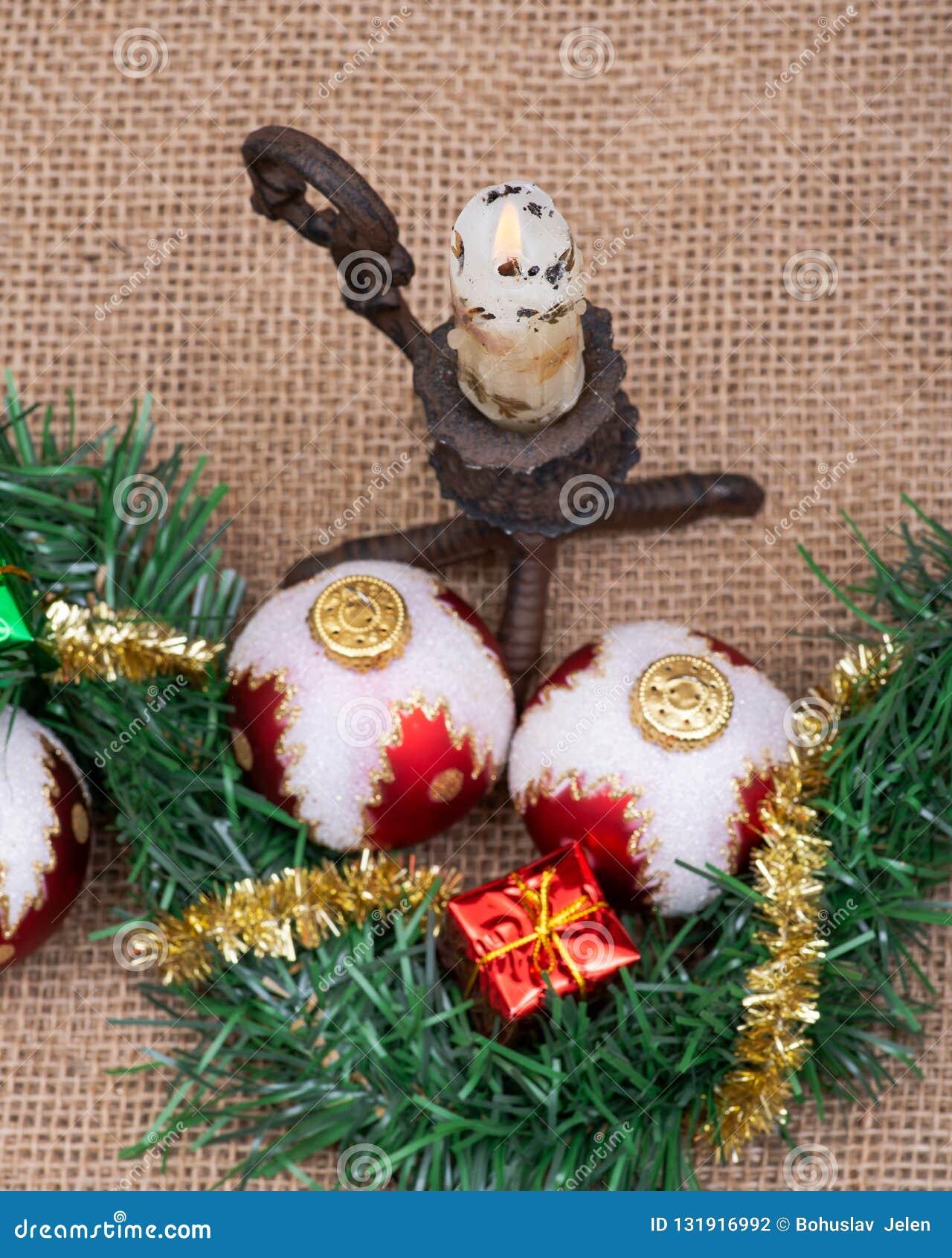 Decoração do feriado de inverno: Bolas da árvore de Natal, decoração do presente, festão do ouropel e serapilheira de queimadura