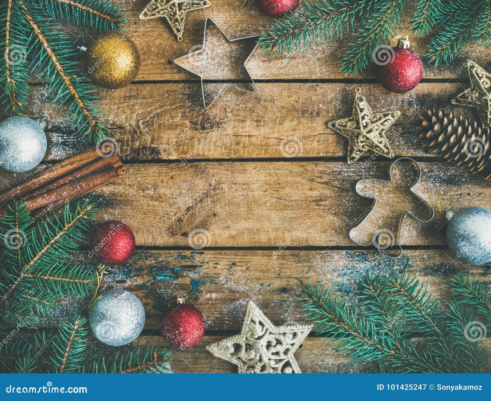 Decoração do feriado do Natal ou do ano novo flatlay sobre o fundo rústico