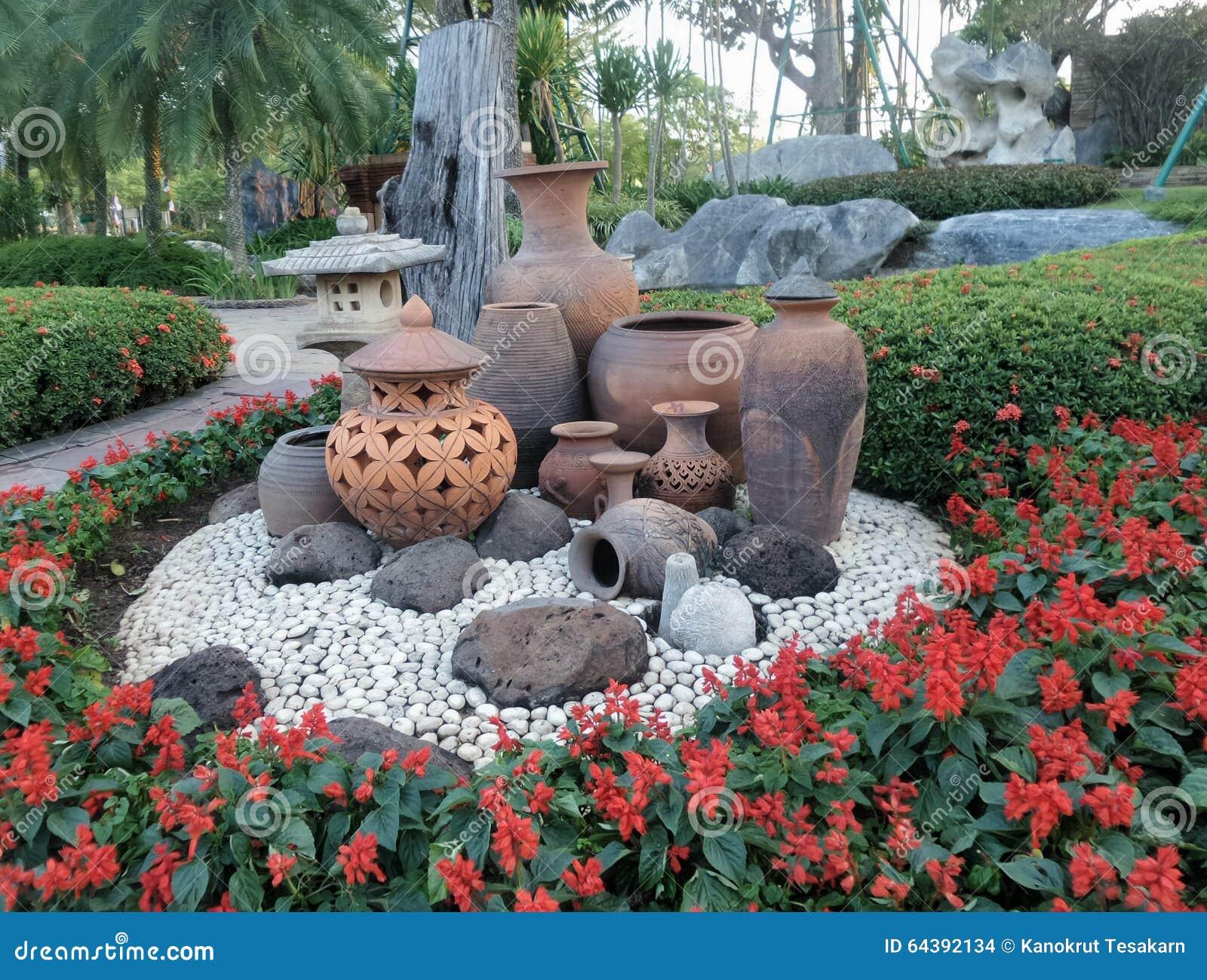 Decoraç u00e3o Do Jardim Do Potenci u00f4metro De Argila Na Terra De Pedra Branca E Na Flor Vermelha Foto  -> Decoração De Jardins Com Pedras E Flores