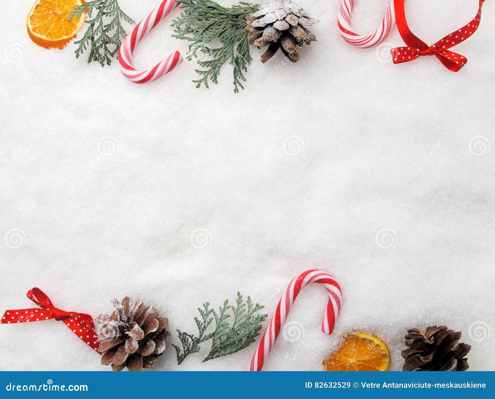 Decoração do Natal Árvore, cones e doces do ramo na neve Vista superior, configuração lisa