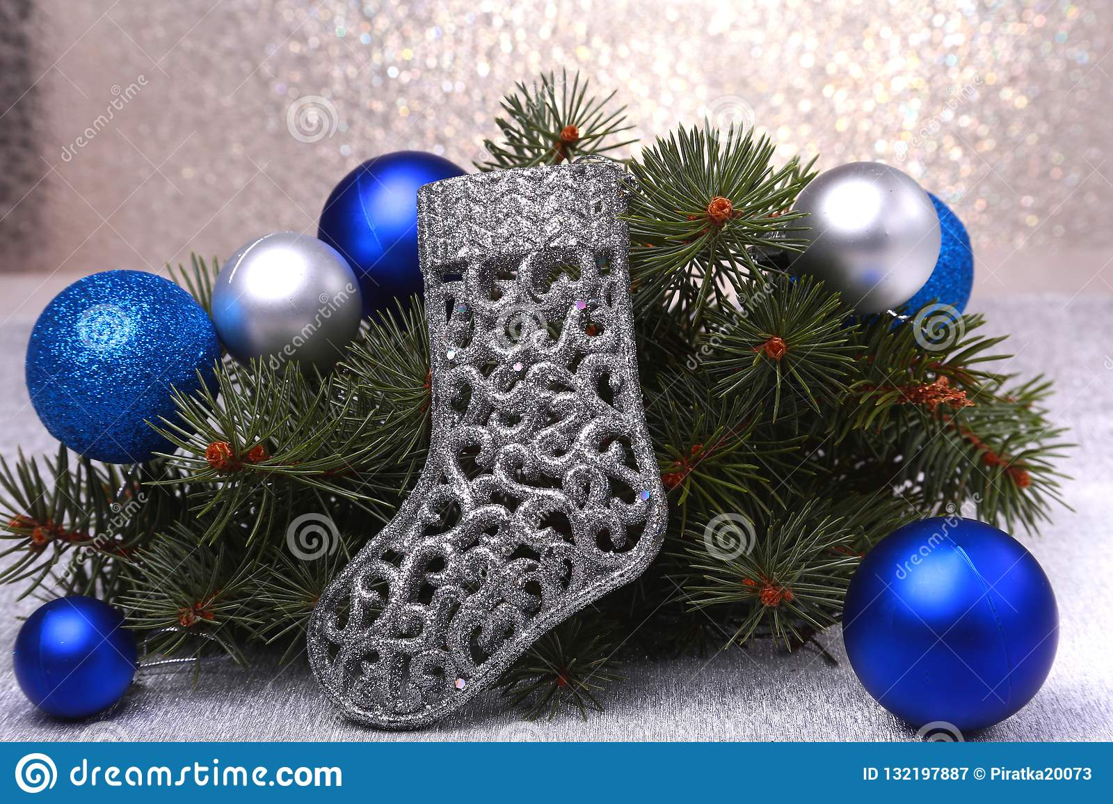 Decoração do Natal As botas ramos de árvore de Santa Claus e do Natal no fundo de madeira