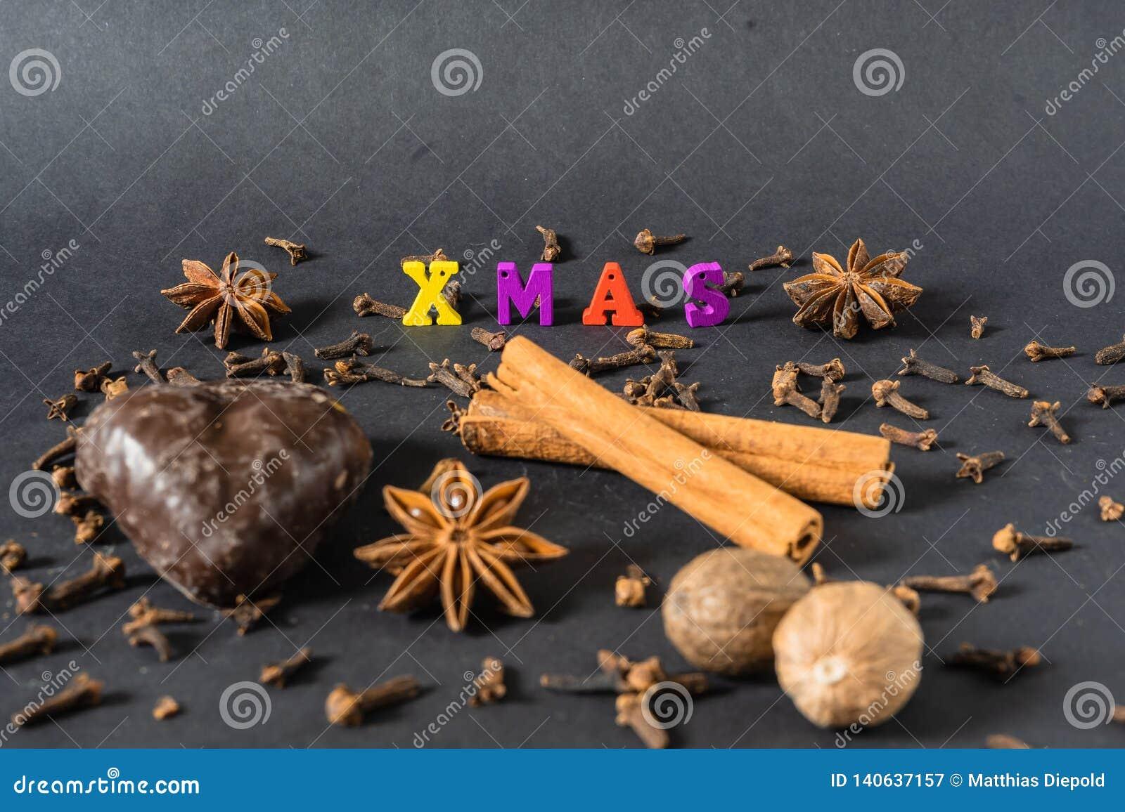 Decoração do Natal com varas de canela pão-de-espécie e especiarias