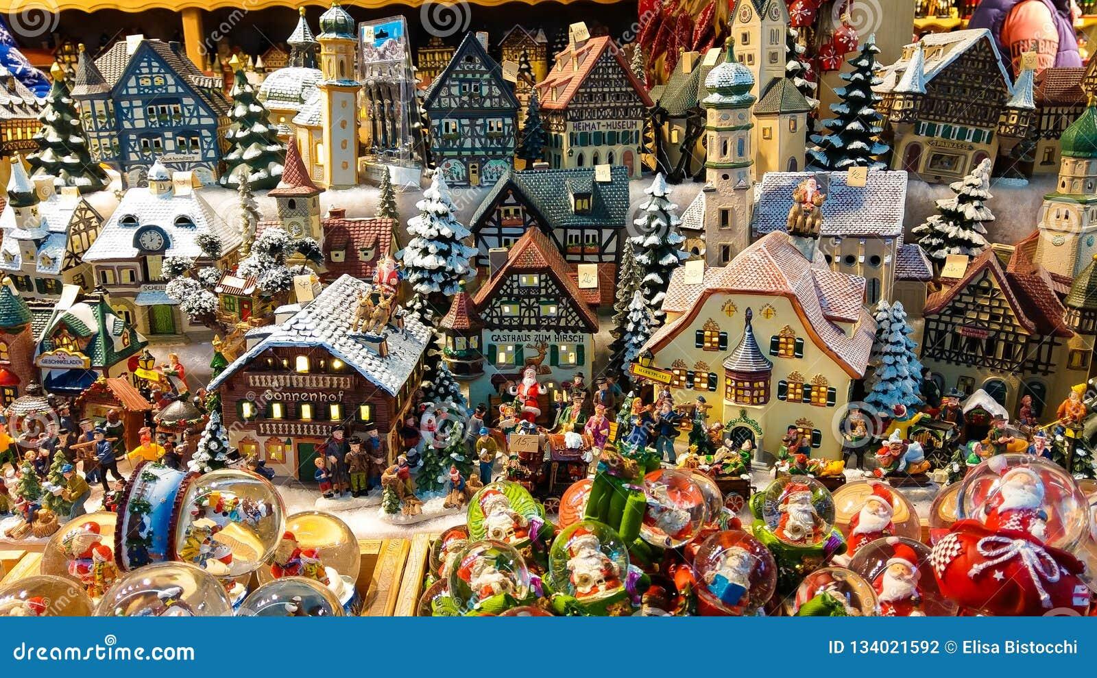Decoração do Natal para a venda no mercado do advento Casas diminutas decorativas da cidade