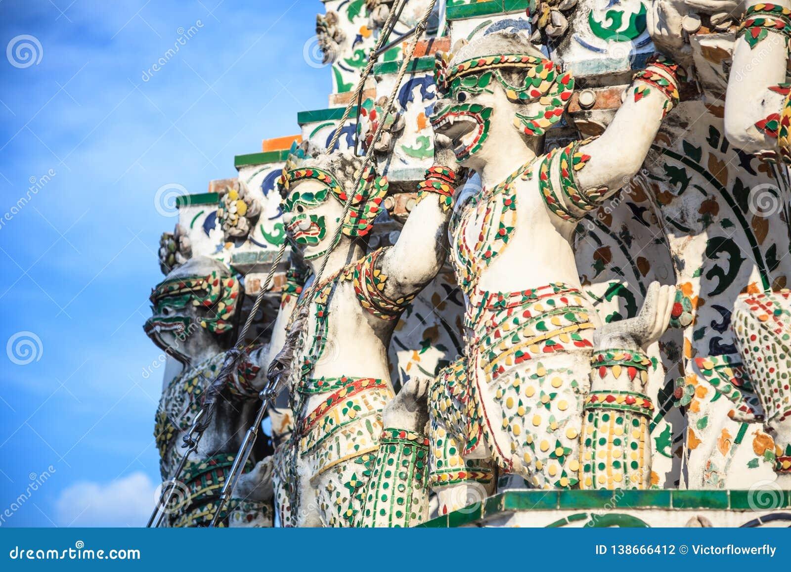 Decoração dos portadores da base do macaco em Wat Arun o Temple of Dawn curso em turista de Banguecoque, do templo budista e da T
