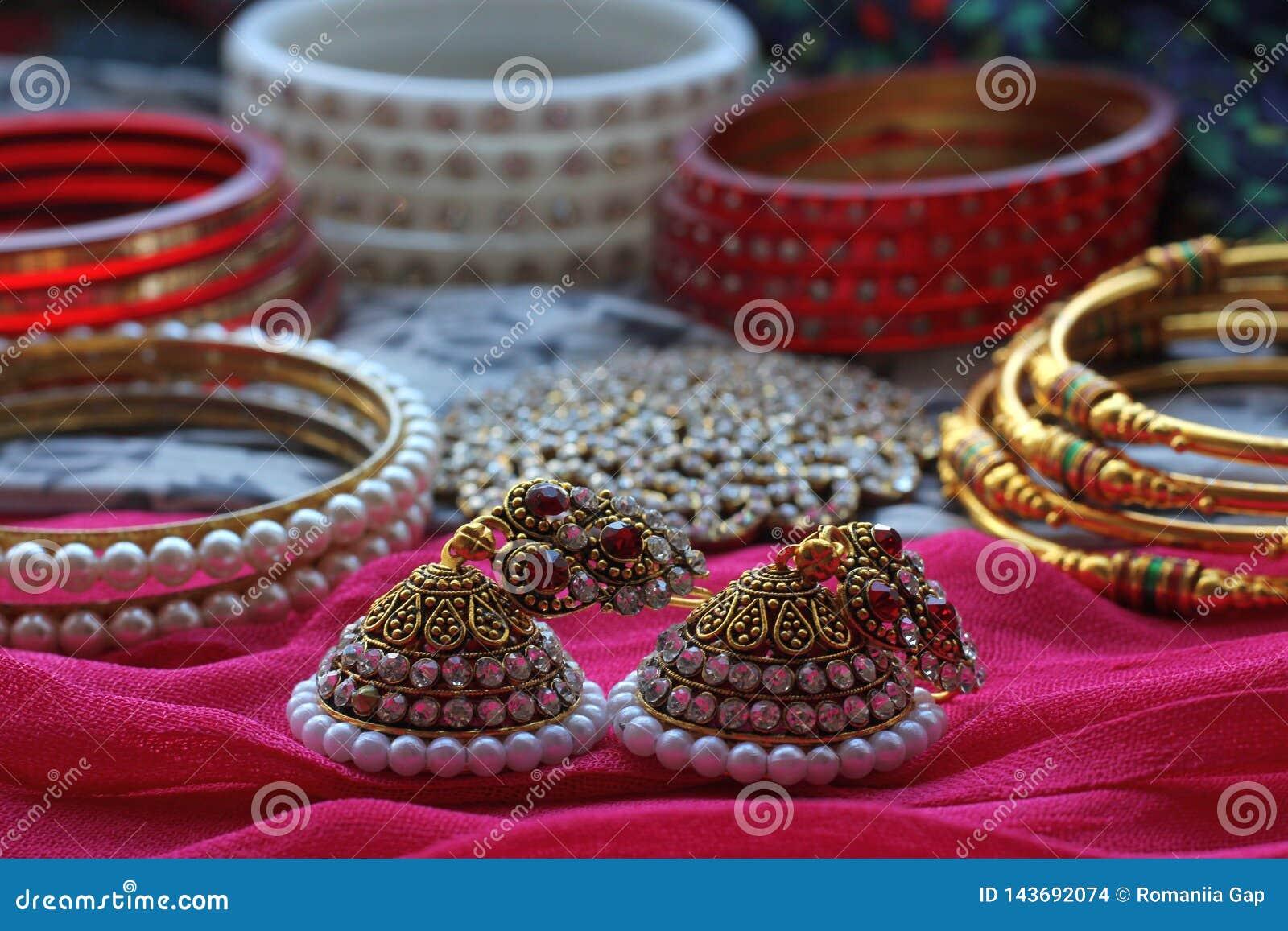 A decoração indiana do cabelo, assim como muitos braceletes e bolas encontram-se em um lenço tradicional colorido