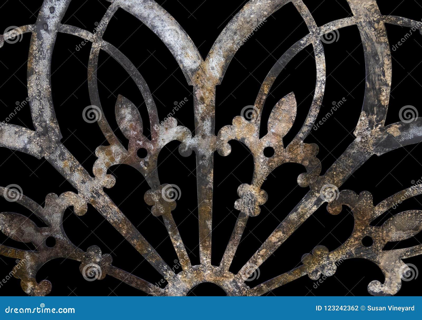 Decoração laçado do metal do grunge oxidado do ferro com a flor de lis isolada no preto