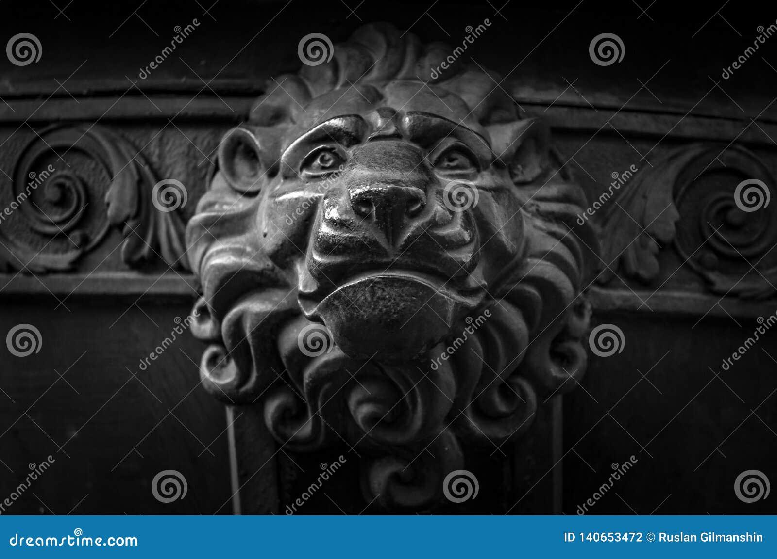 Decoração principal do leão velho do metal Detalhe da arquitetura de porta do vintage Close up do botão da cara do leão Cabeça an