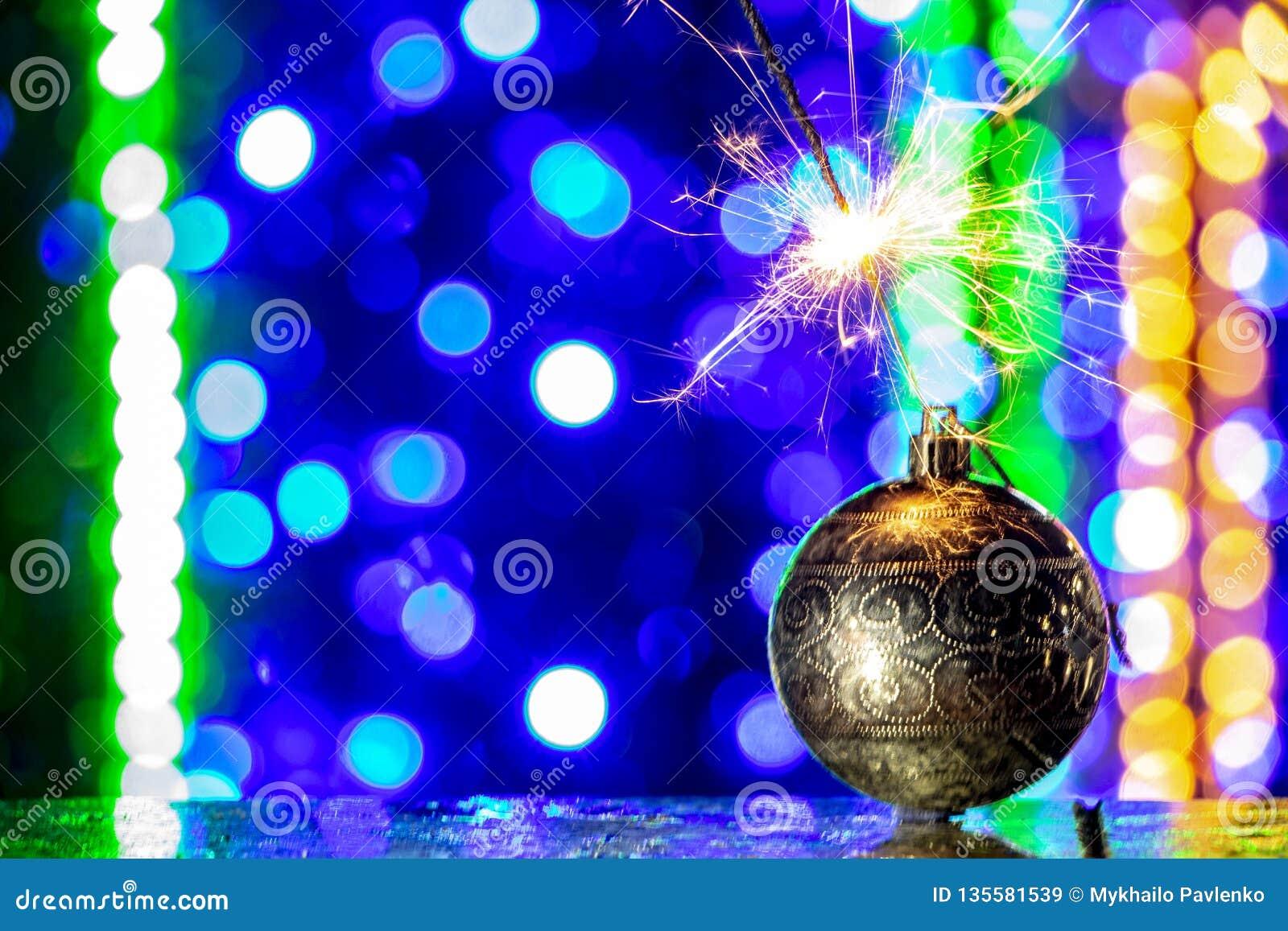 Decorações da árvore de Natal e fim de queimadura do chuveirinho acima do bakcground