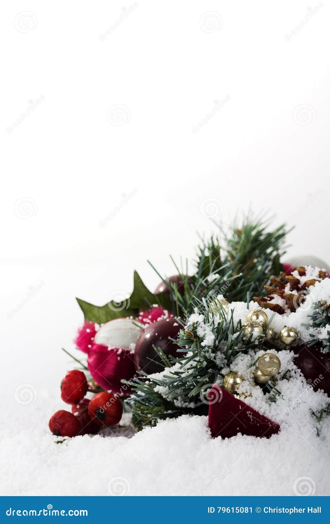 Decorações de Chrismas na neve branca para o fundo