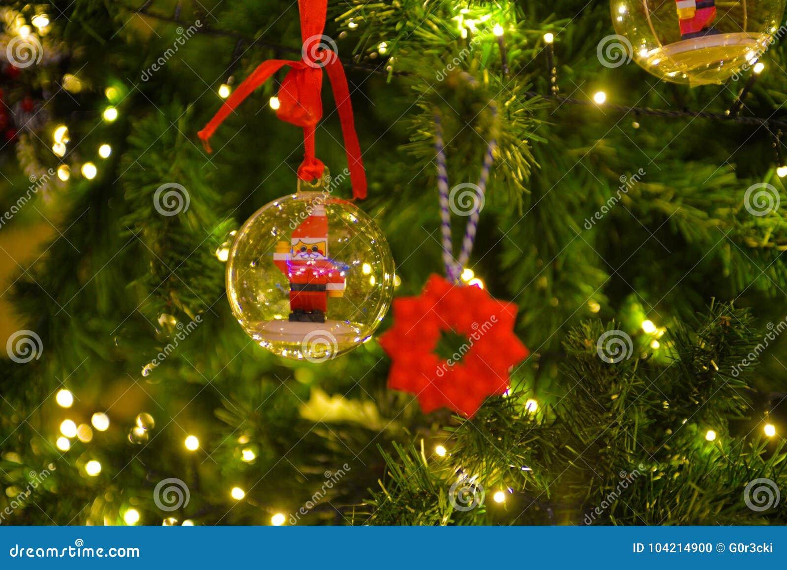 Decorações do Natal, bola com Lego Santa Claus, luzes da árvore do Xmas, Lego Ice Flake vermelho borrado