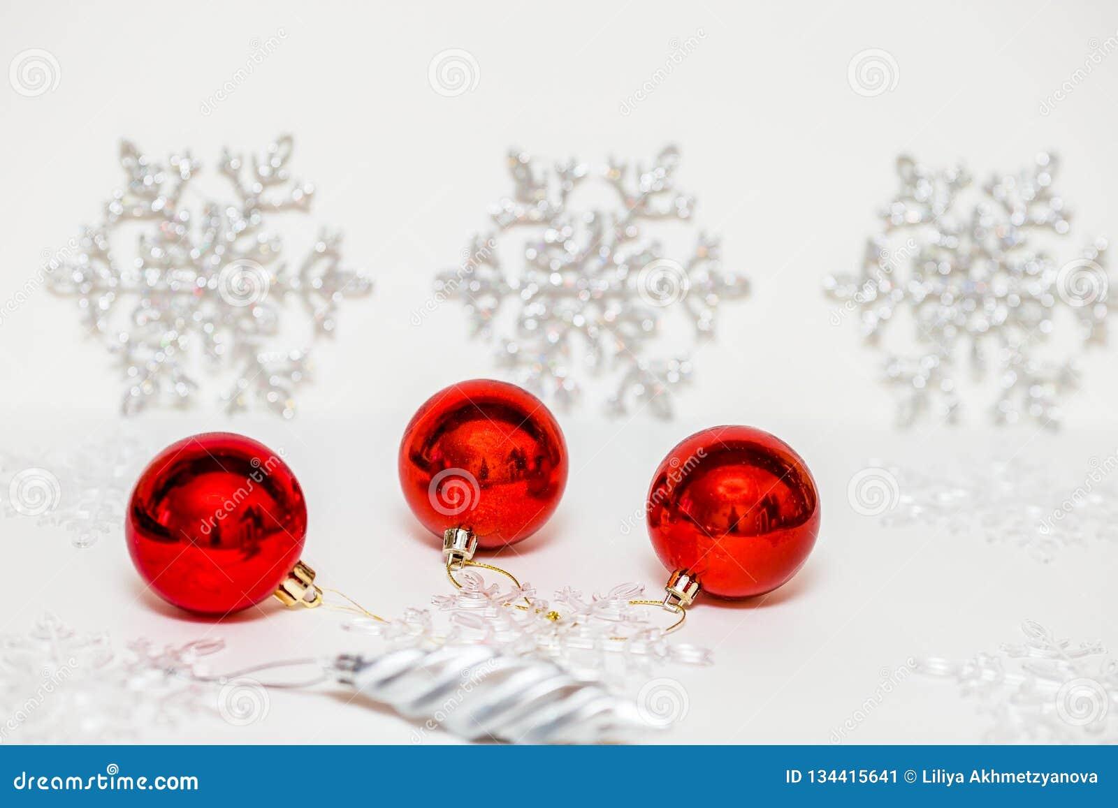 Decorações do Natal para a árvore de Natal em um fundo colorido