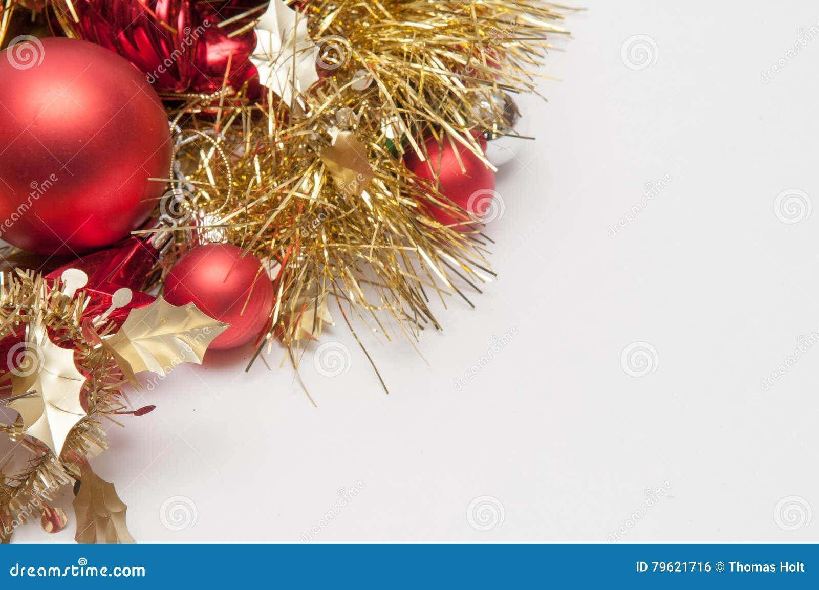 Decorações tradicionais da árvore dos chistmas isoladas em um backgr branco