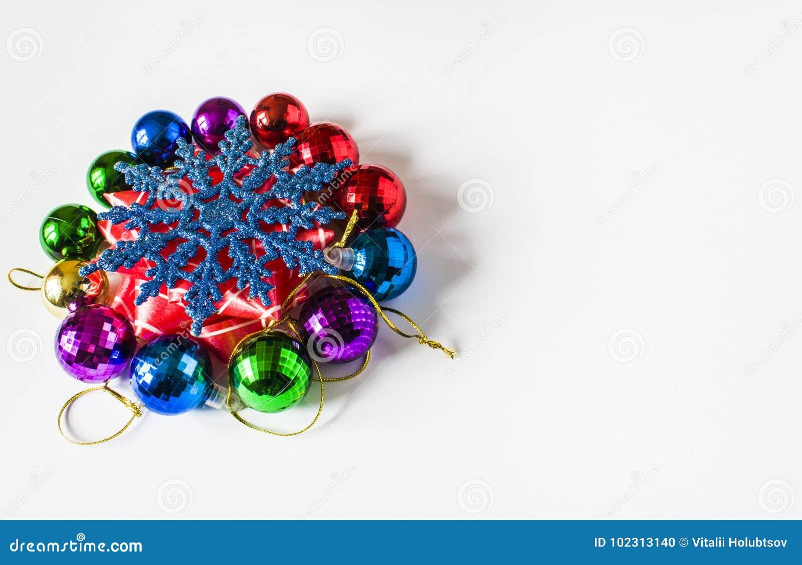 Decorações vermelhas do Natal em um fundo claro Cartão de Natal Tema do feriado de inverno