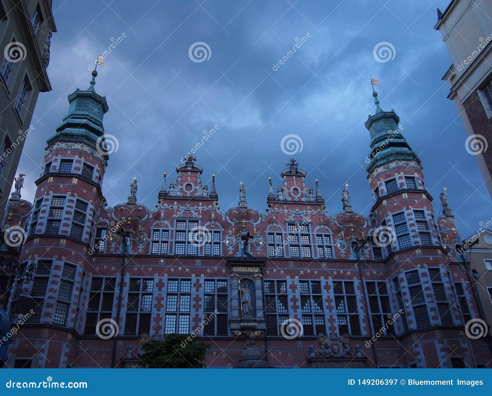 Decora??es da luz de Natal no castelo ducal em Szczecin