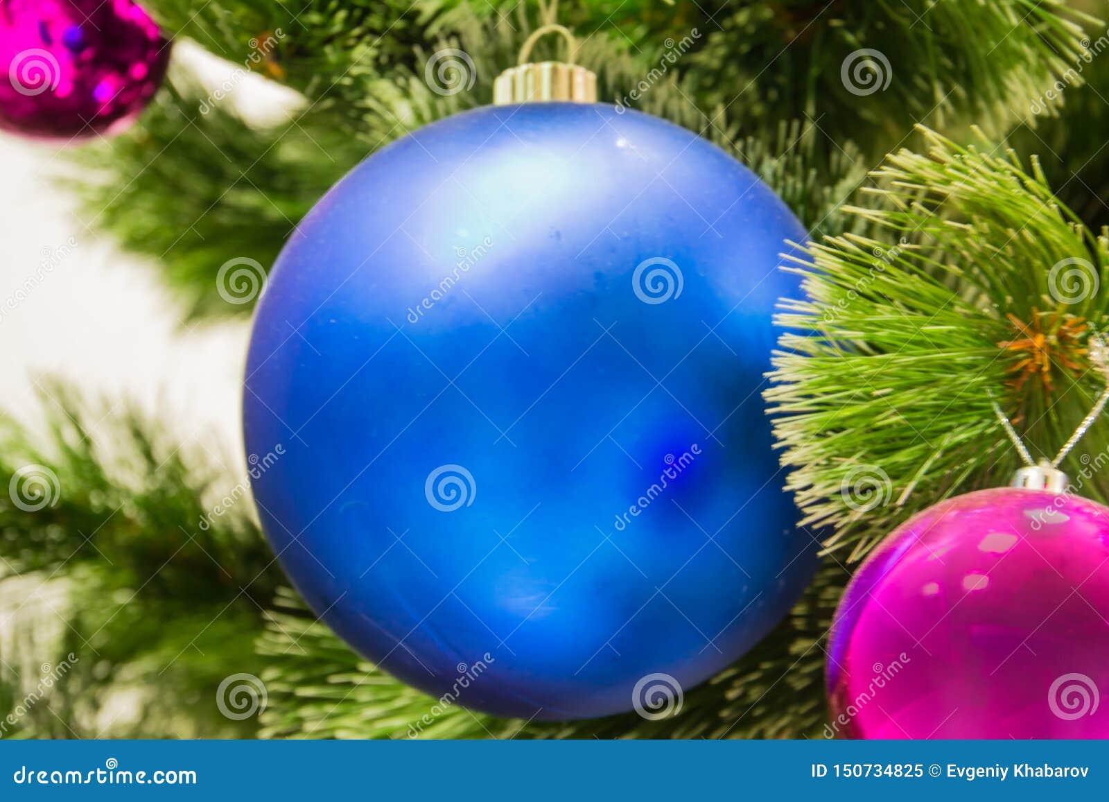 Decora??es na ?rvore de Natal Uma grande bola azul