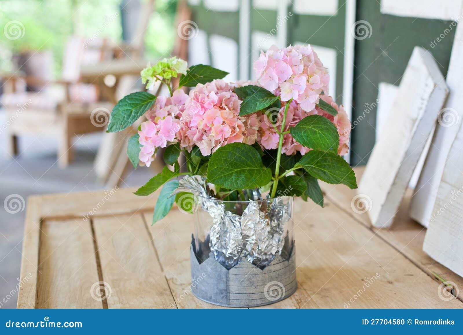 decoraci n al aire libre con el ramo de flores blandas