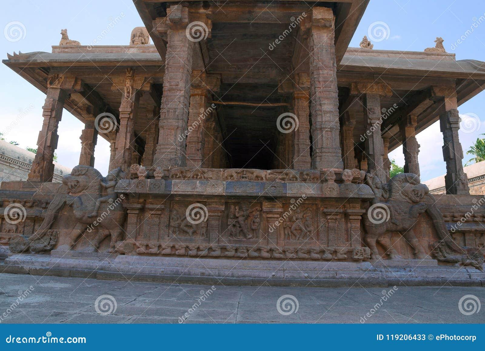Decoración de la barandilla de los jinetes del yeli, adornos, capilla de Deivanayaki Amman, adyacente al templo de Airavatesvara,