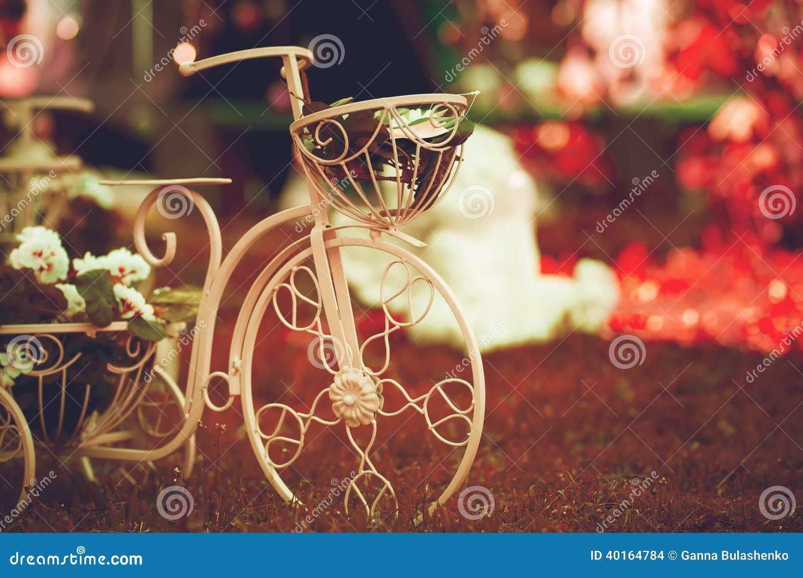 Decoraci n de la bici del jard n del vintage foto de - Decoracion del jardin ...