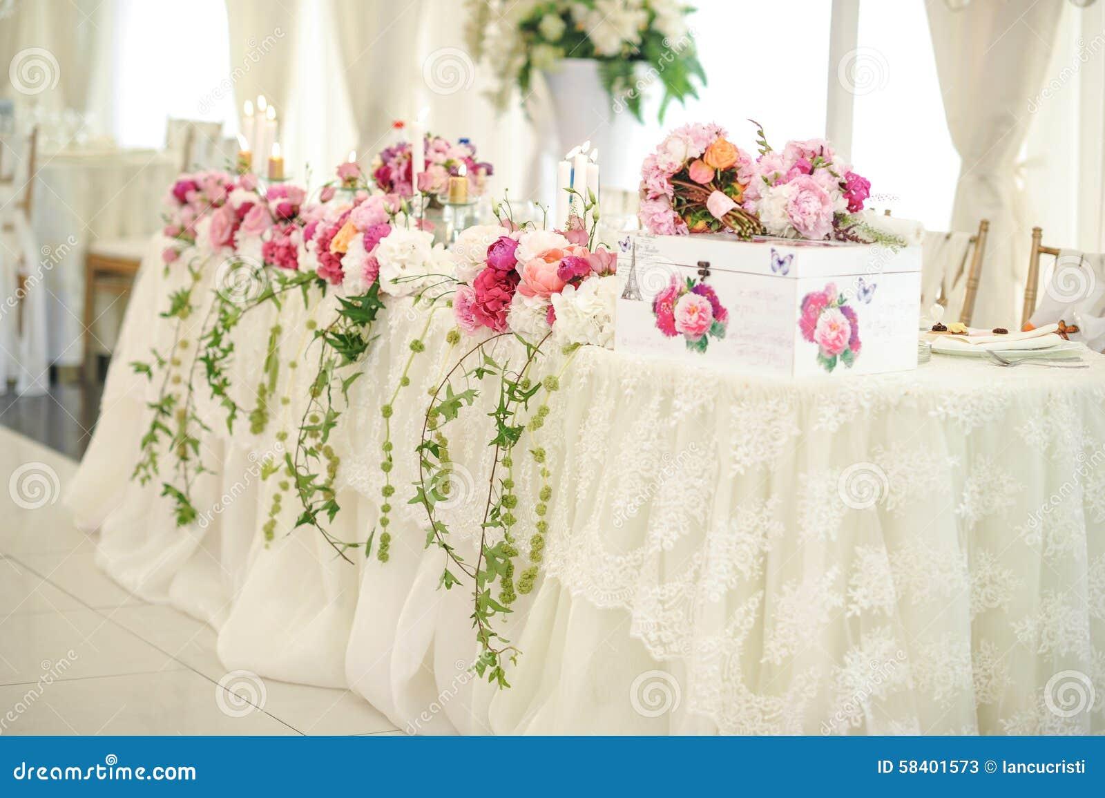 decoracin de la boda en la tabla arreglos florales y decoracin arreglo de flores rosadas y